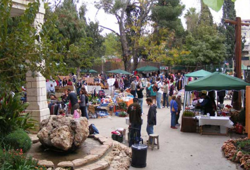 Farmers & Artists Market